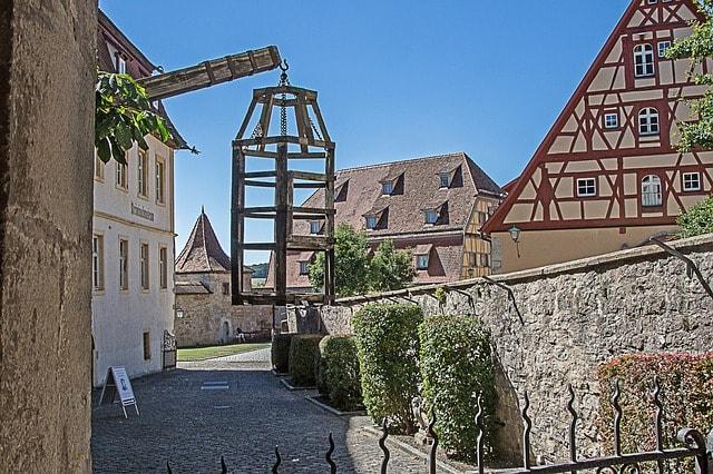 Uno strumento medievale lungo una strada di Rothenburg ob der Tauber