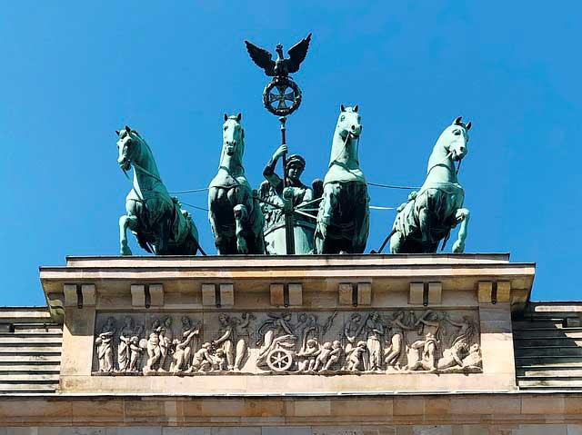 La statua della quadriga sulla sommità della Porta di Brandeburgo