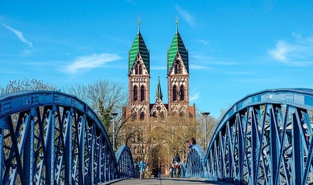 Il Wiwilibrücke con la cattegrale di Friburgo sullo sfondo